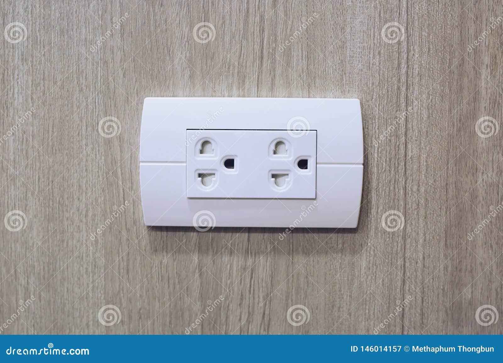 插座到电插口里在木墙壁上的电源输出口