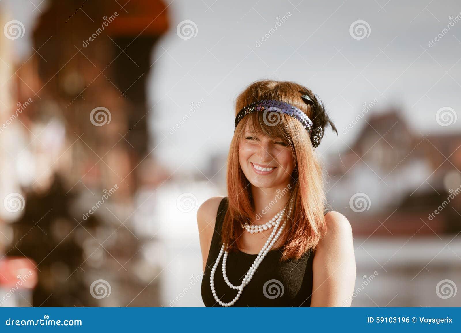 插板女孩站立在街道上的妇女in1920s样式