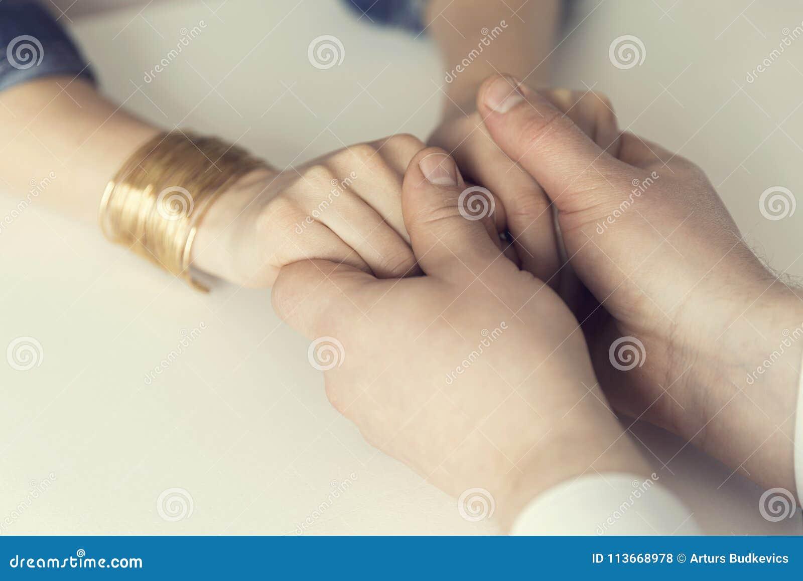 握他的妻子的手的丈夫 精神支持,婚姻, cou