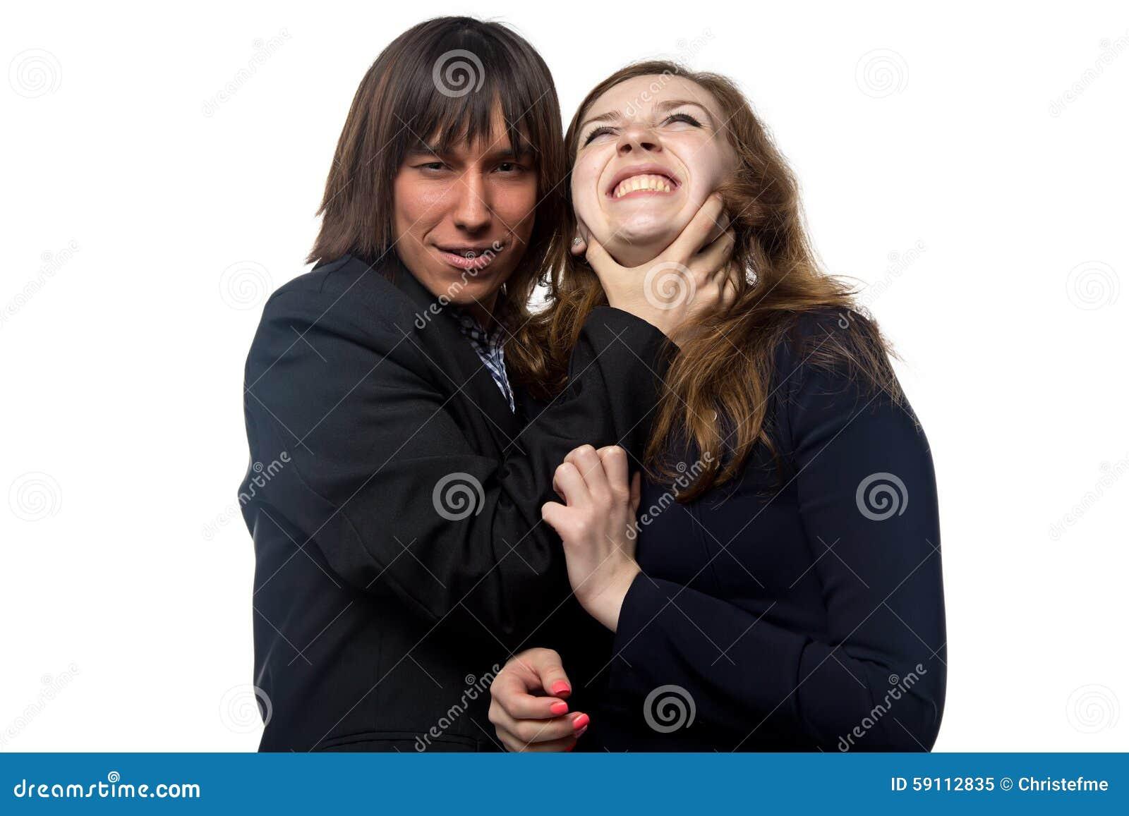 握妇女的脖子的年轻人