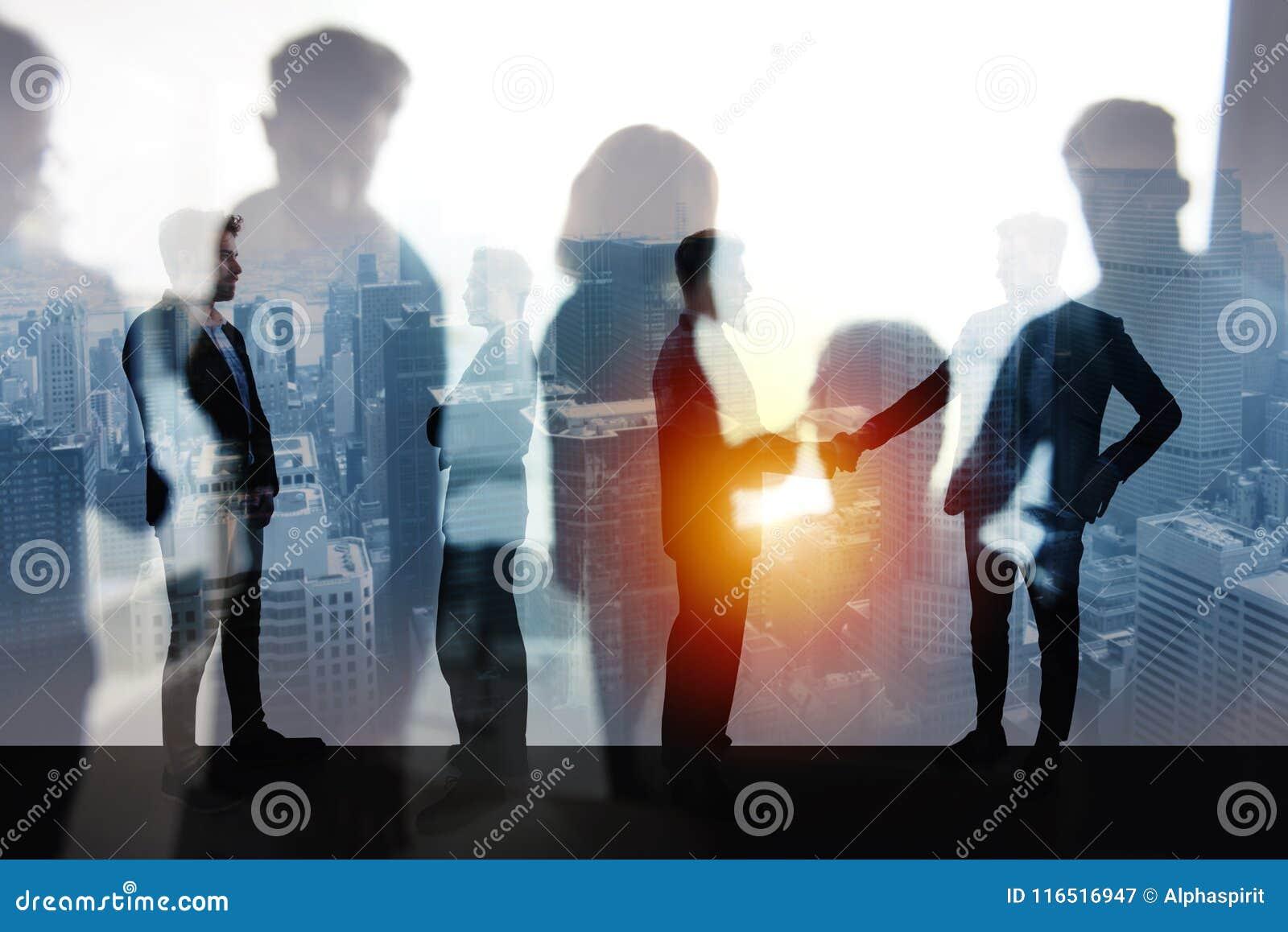 握手企业人在办公室 配合和合作的概念 两次曝光
