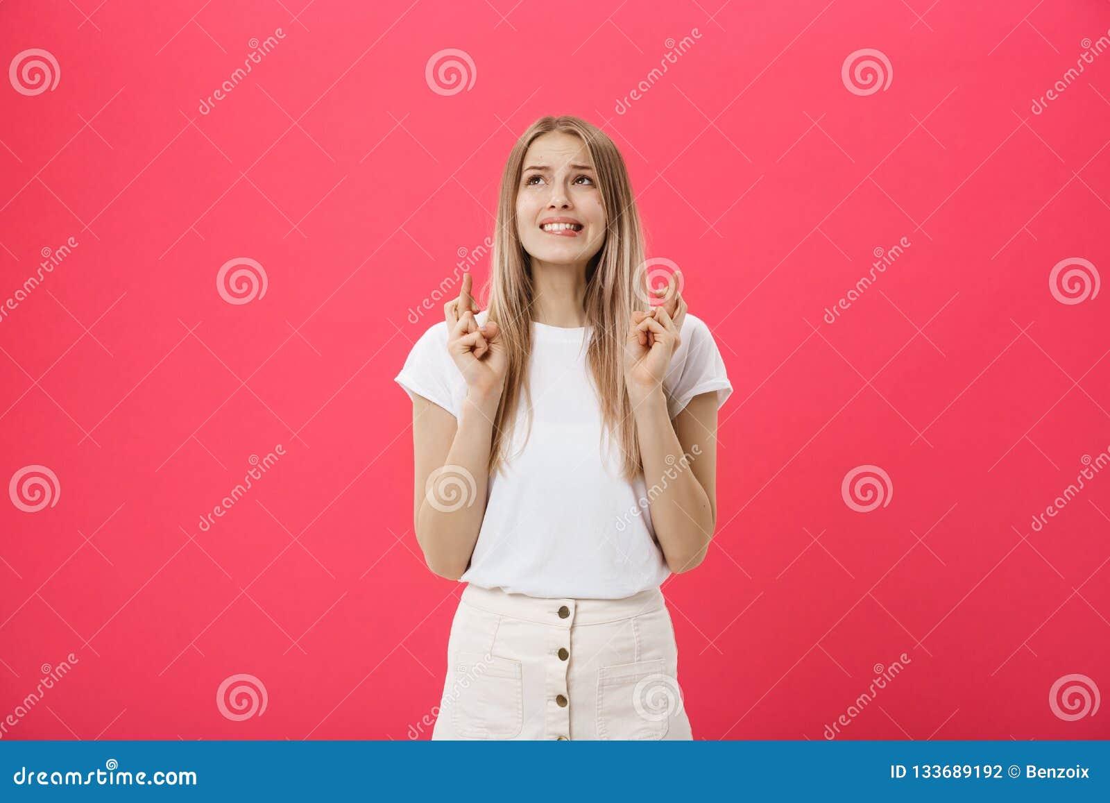 握的一个微笑的偶然女孩的画象但愿为爆发被隔绝在桃红色背景