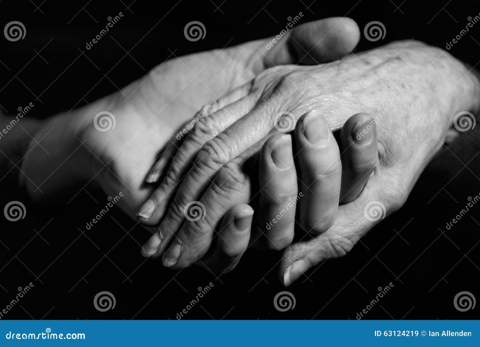 握老妇人的手的少妇单色射击