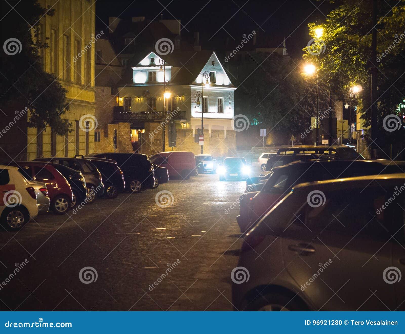 搜寻自由停车位的汽车在晚上在城市或市中心 设法的车发现地方停放和停止
