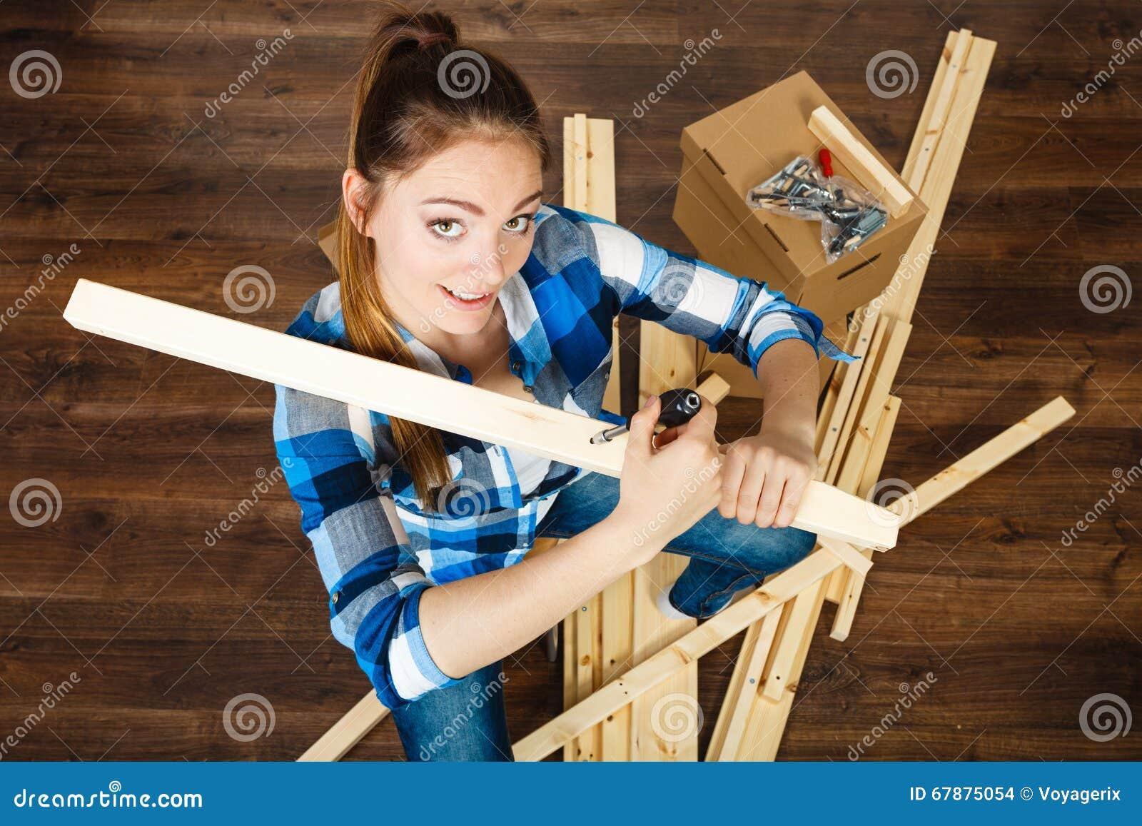 搬入公寓汇编家具的妇女
