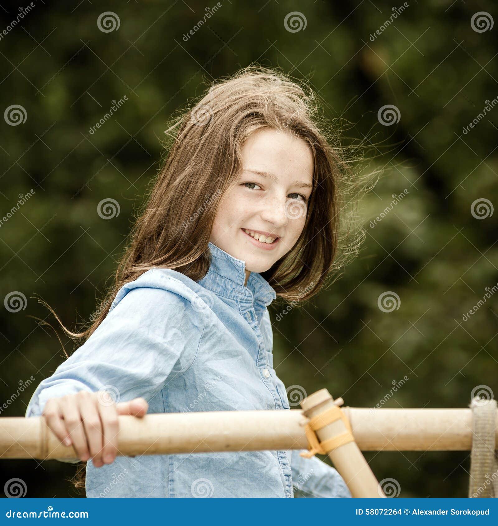 搬入成年 少年女孩室外的纵向