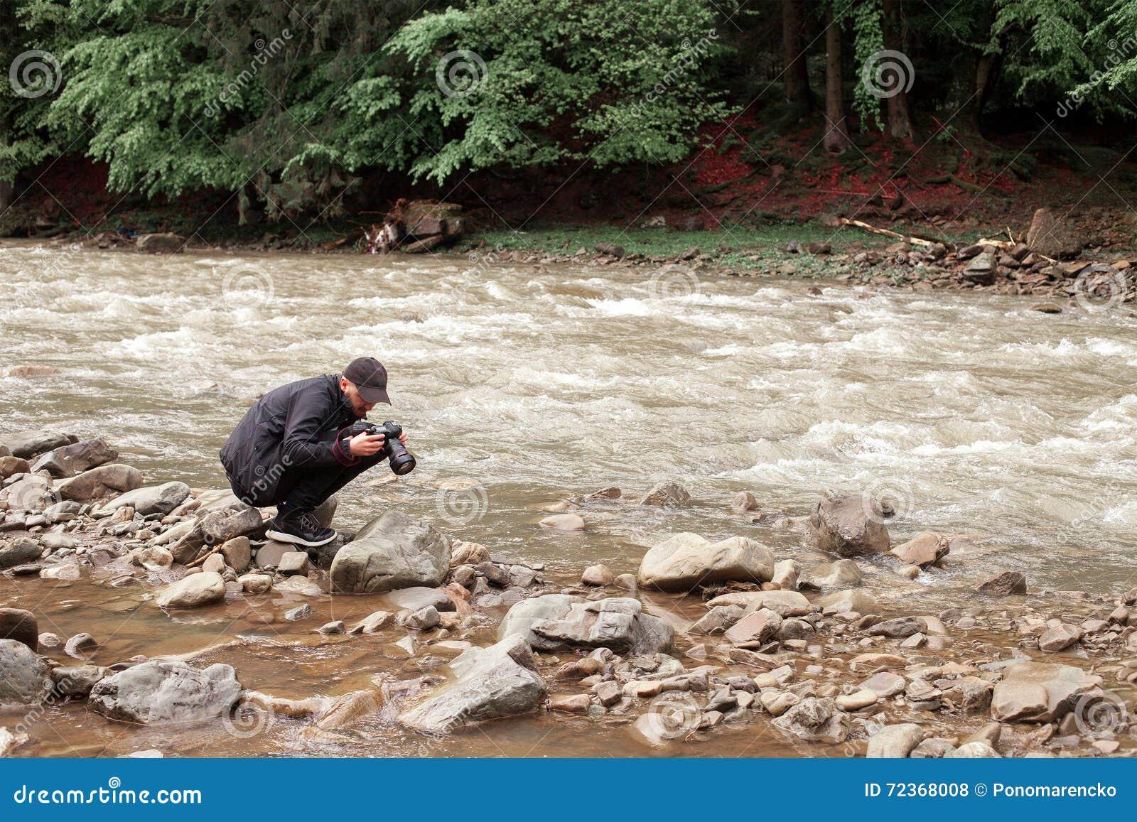 摄影师为粗砺的河照相