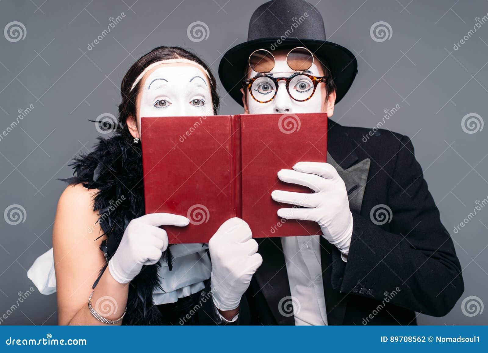 摆在与书的两个喜剧执行者