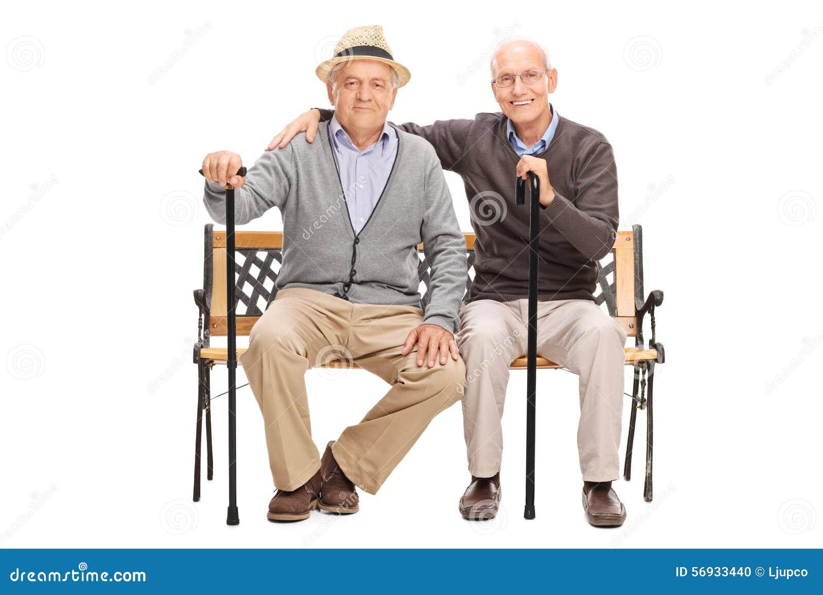 摆在两个成熟的朋友一起安装在长凳