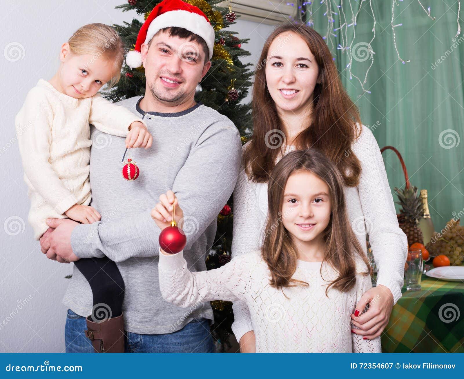摆在为圣诞节画象的家庭