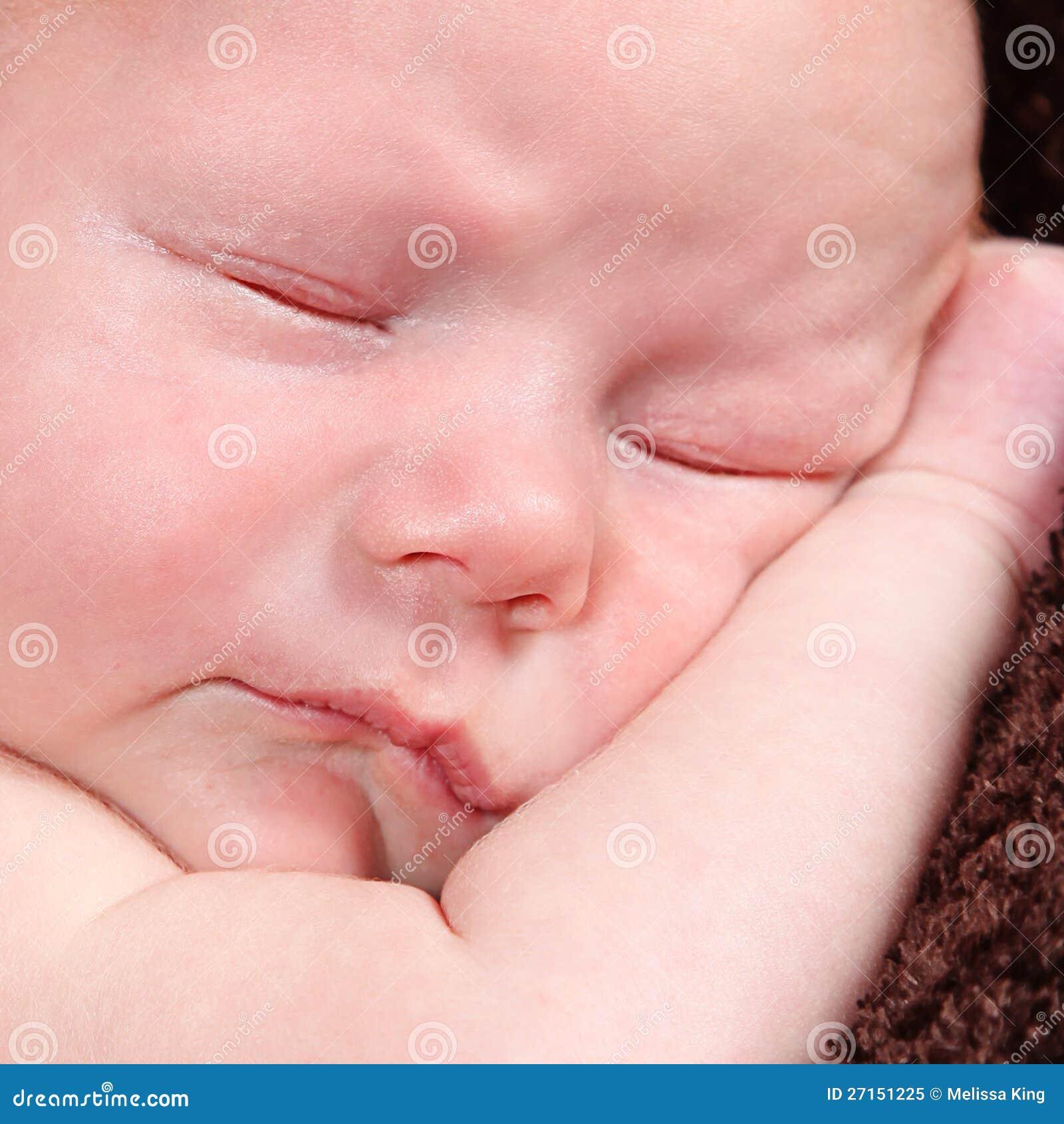 摆在为照相机的逗人喜爱的矮小的新出生的男婴