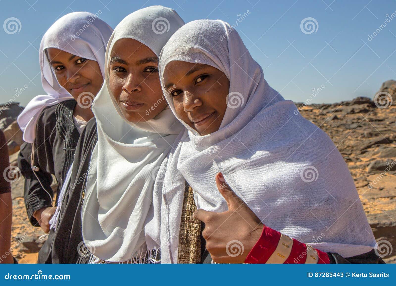 摆在为画象的年轻苏丹人女孩
