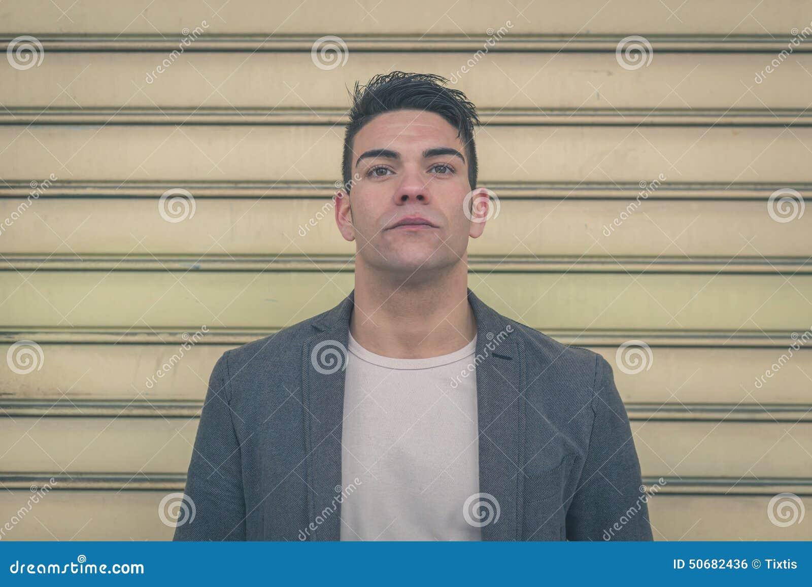 Download 摆在城市街道的年轻英俊的人 库存照片. 图片 包括有 成人, 有吸引力的, 表达式, 强烈, 查找, 突出 - 50682436