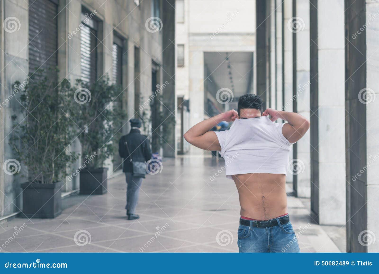 Download 摆在城市街道的年轻英俊的人 库存图片. 图片 包括有 人员, 纵向, 男朋友, 摆在, 短小, 现代, 深深 - 50682489
