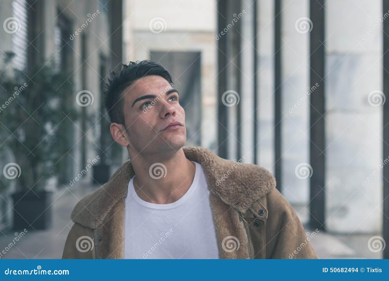 Download 摆在城市街道的年轻英俊的人 库存照片. 图片 包括有 冷静, 逗人喜爱, 人员, 成人, 时髦, 强烈, 全能 - 50682494