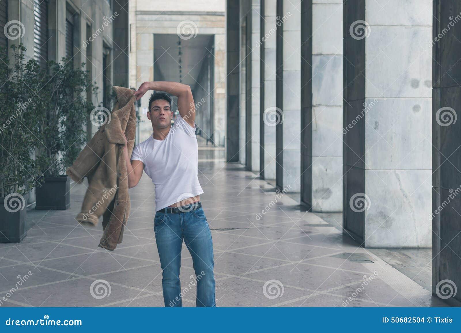 Download 摆在城市街道的年轻英俊的人 库存照片. 图片 包括有 冷静, 纵向, 头发, 偶然, 时髦, 样式, 成人 - 50682504