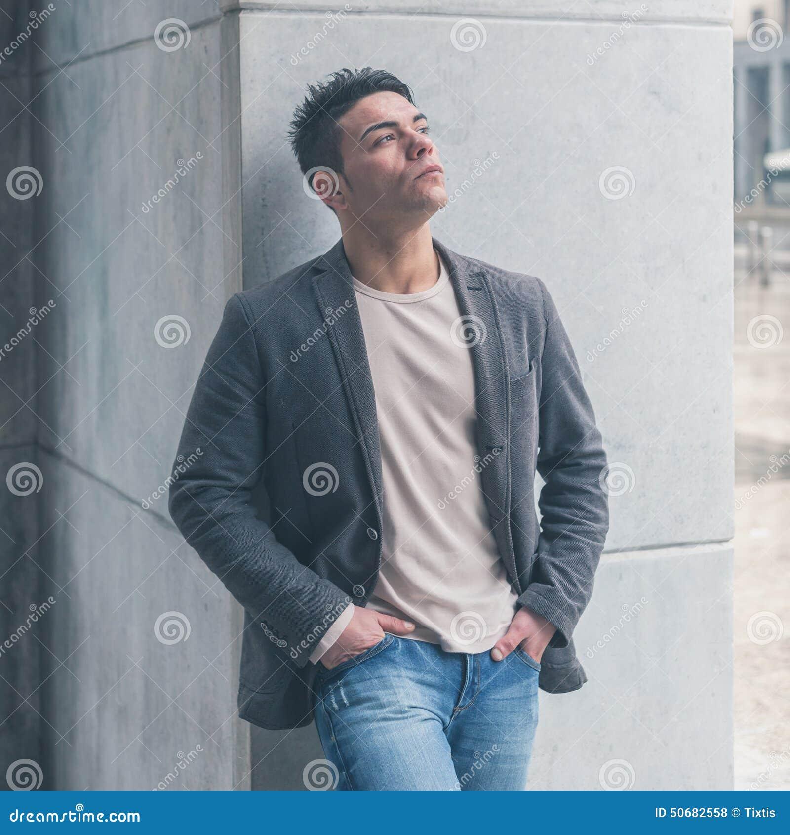 Download 摆在城市街道的年轻英俊的人 库存照片. 图片 包括有 全能, 生活方式, 成人, 沉思, 偶然, 现代, 短小 - 50682558