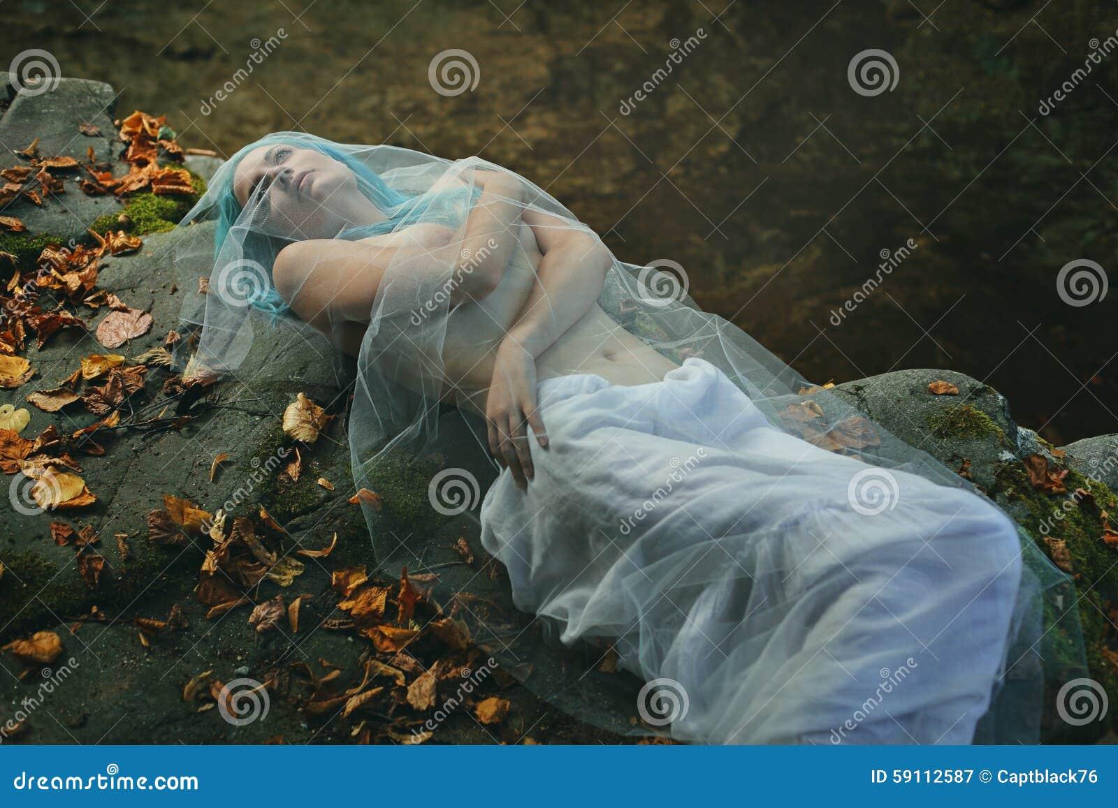 摆在小河岩石的哀伤的妇女