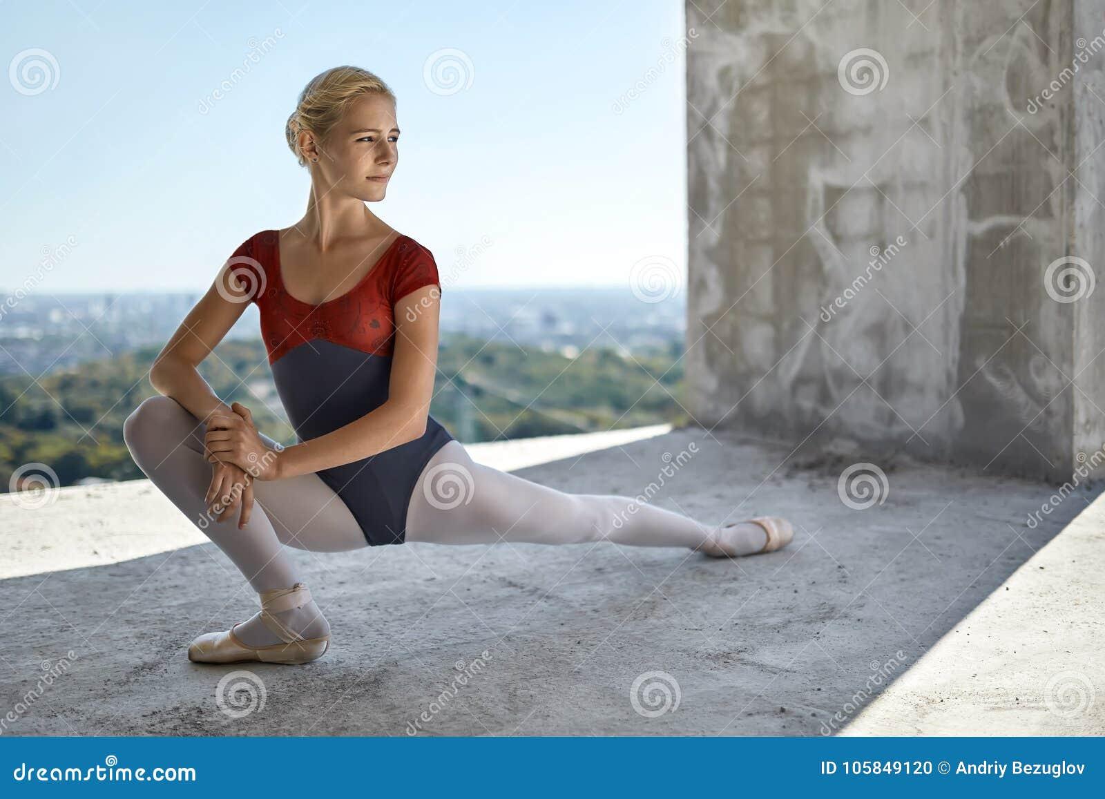 摆在未完成的大厦的芭蕾舞女演员