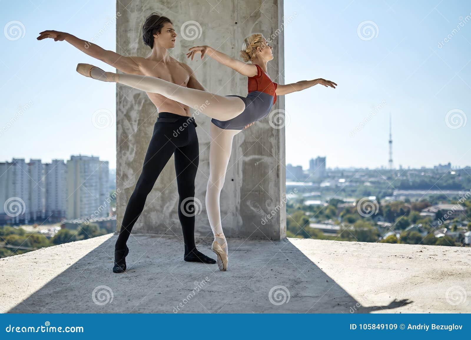 摆在未完成的大厦的跳芭蕾舞者