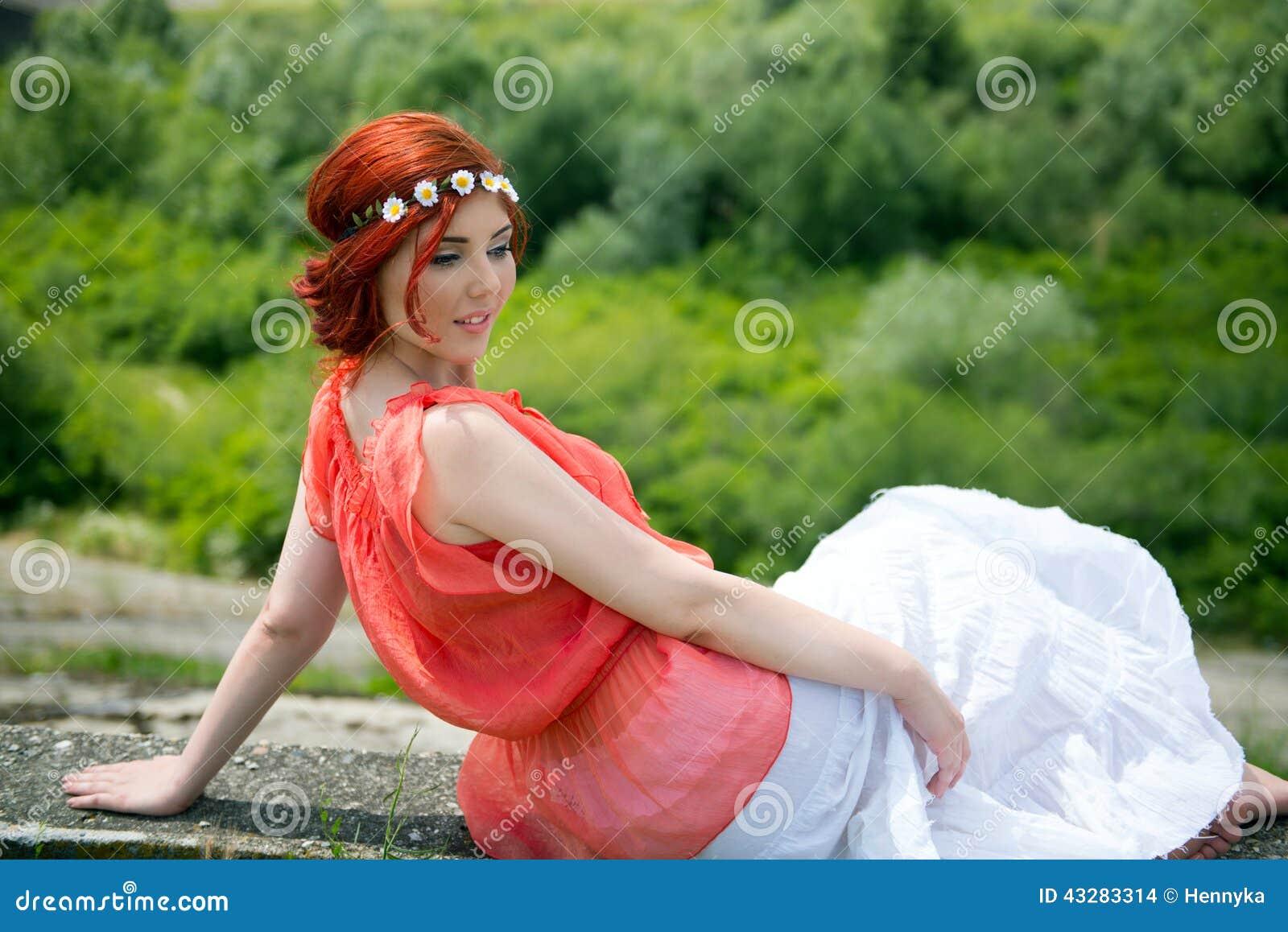 摆在本质上的年轻红头发人嬉皮妇女