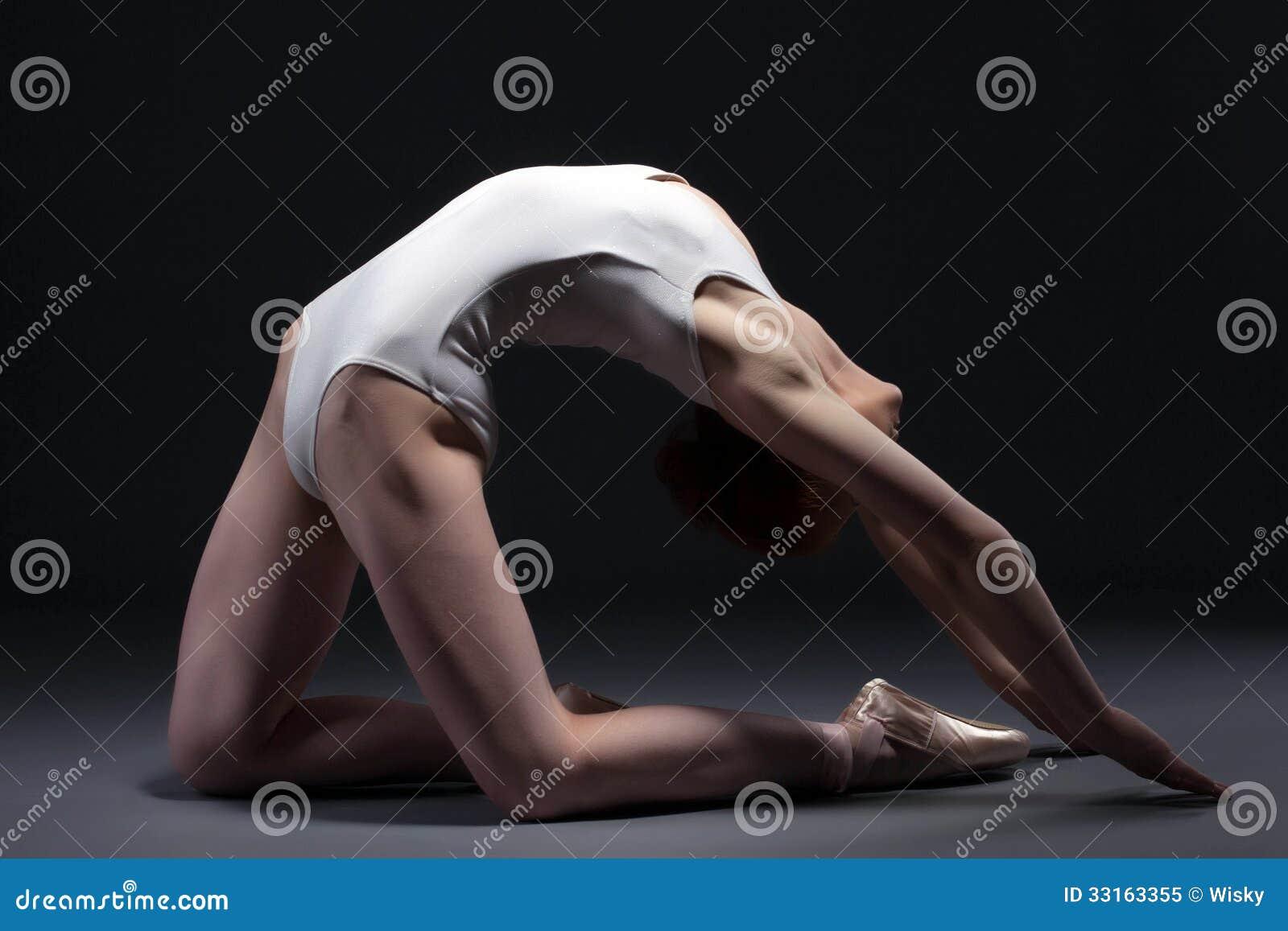 摆在演播室的优美的芭蕾舞女演员画象
