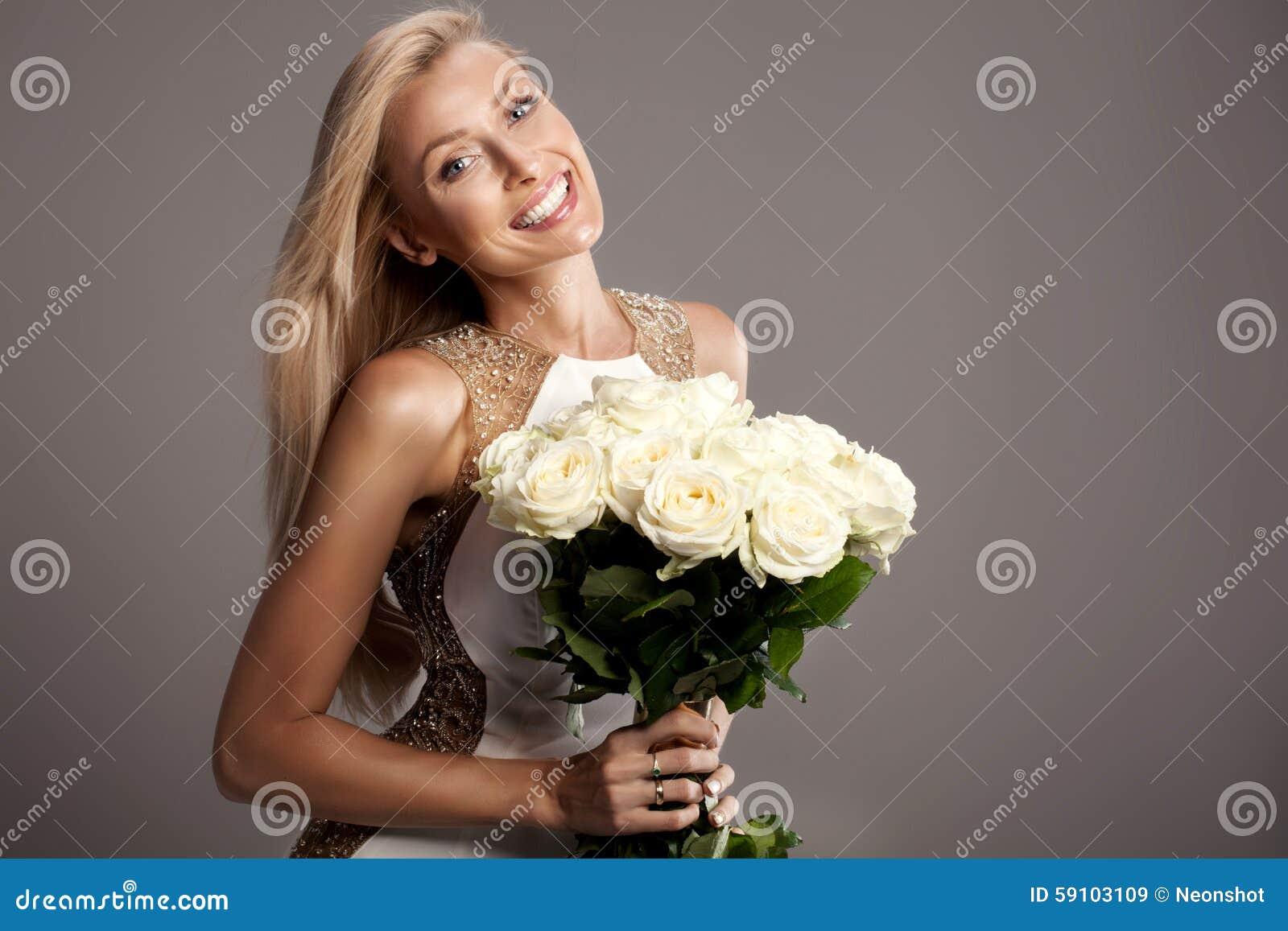 摆在演播室的浪漫白肤金发的夫人