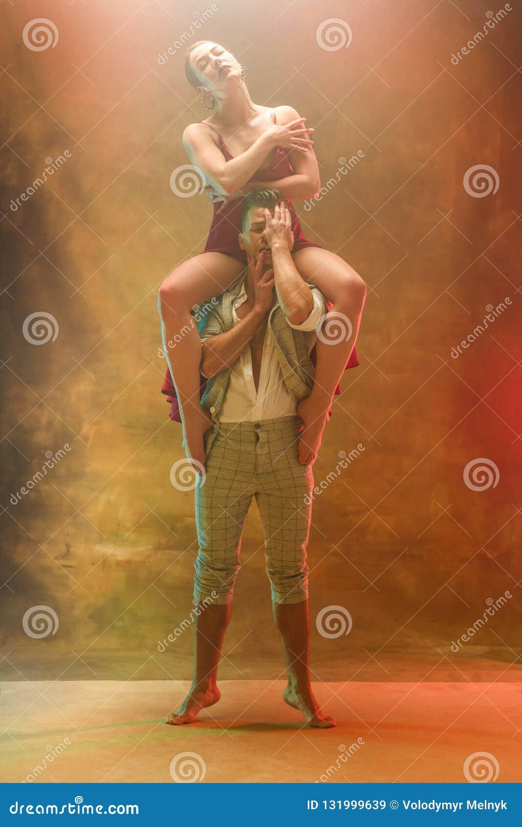 摆在演播室的灵活的年轻现代舞夫妇