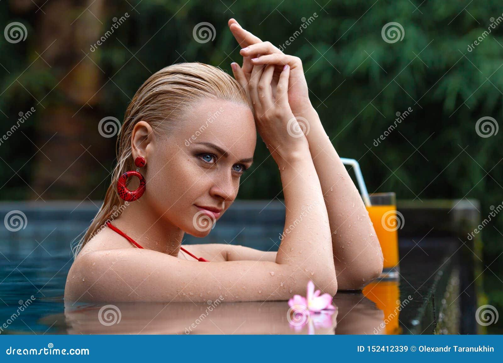 摆在热带游泳场的妇女