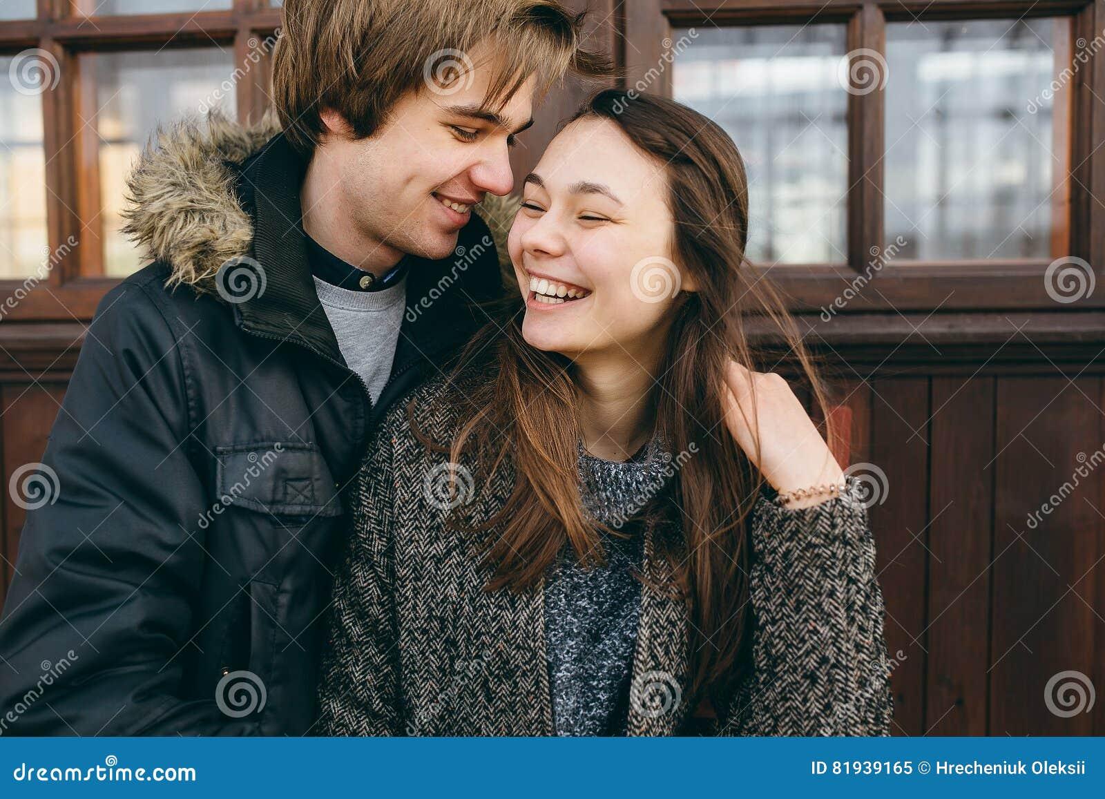 摆在照相机的美好的年轻成人夫妇