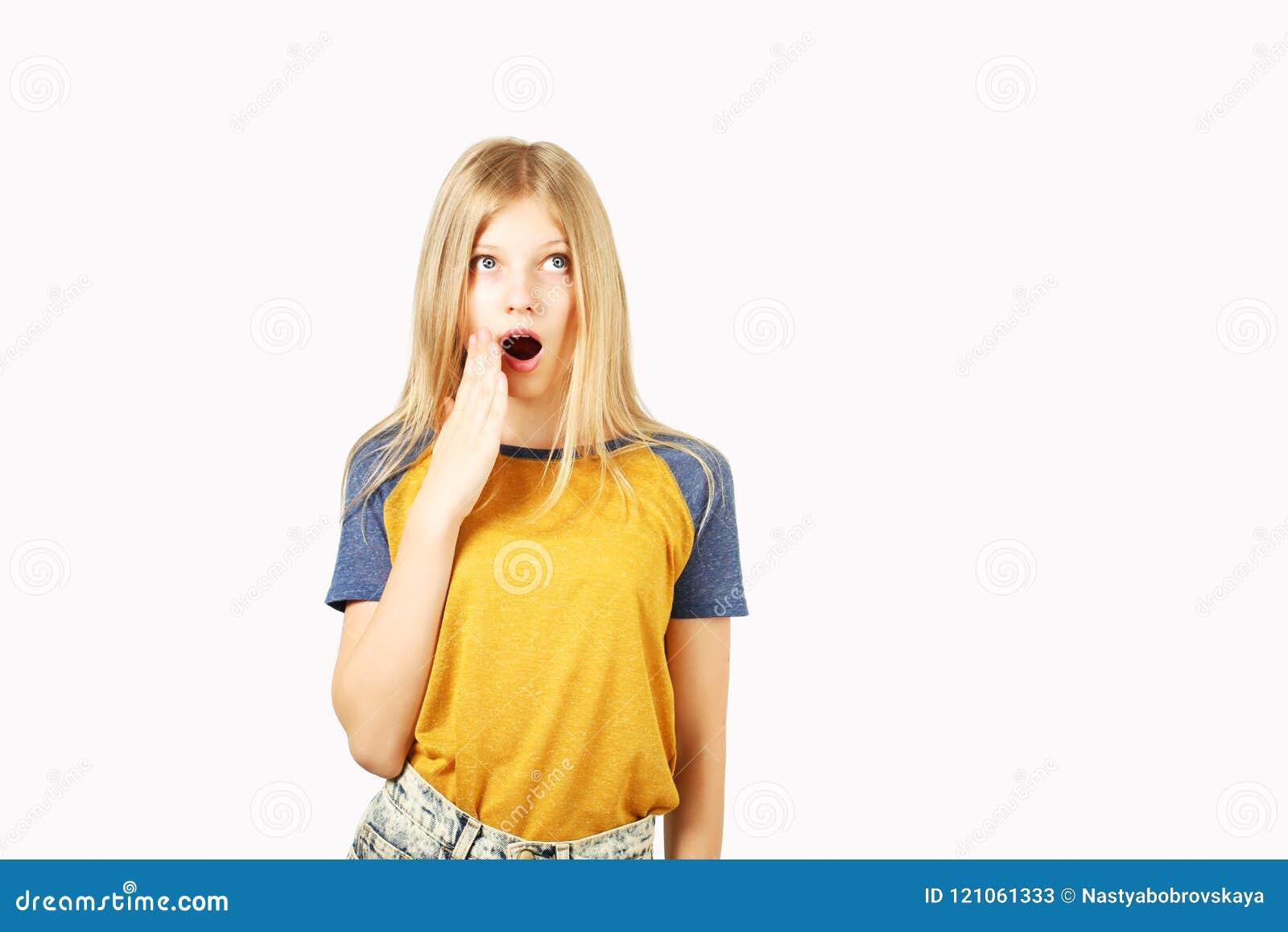摆在白色的年轻美丽的少年模型女孩隔绝了显示情感表情的背景