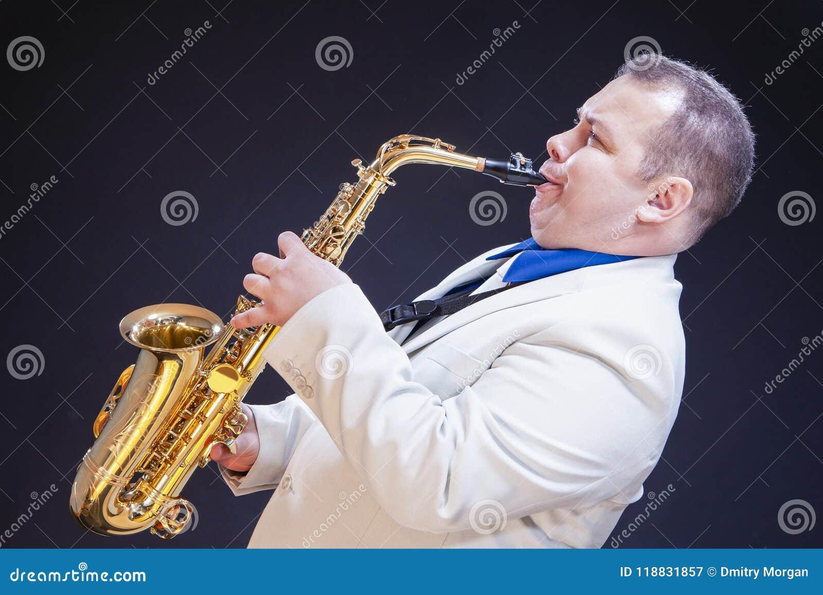 摆在白色随员的传神成熟白种人男性萨克管演奏员