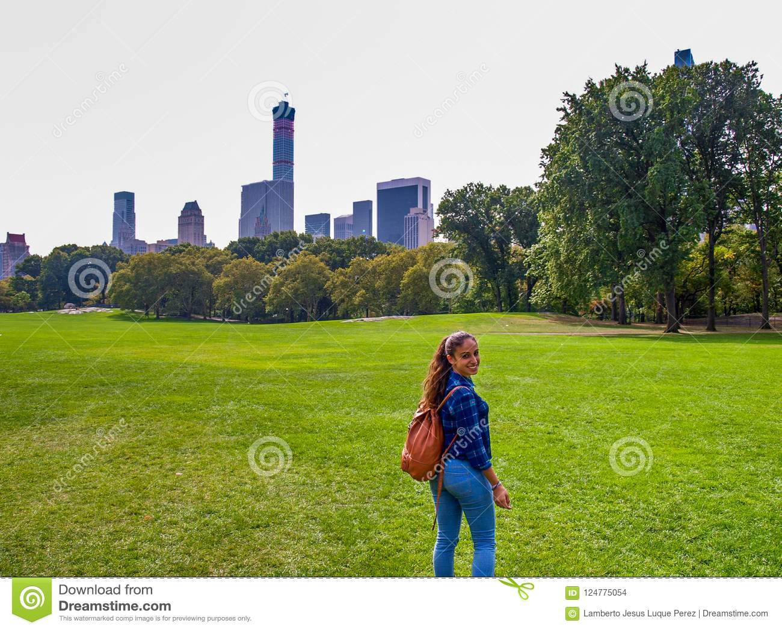 摆在绵羊草甸的女孩在中央公园, NY,纽约