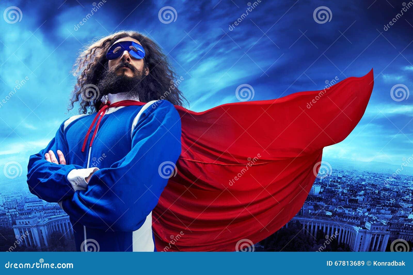 摆在都市风景的superheroe的画象
