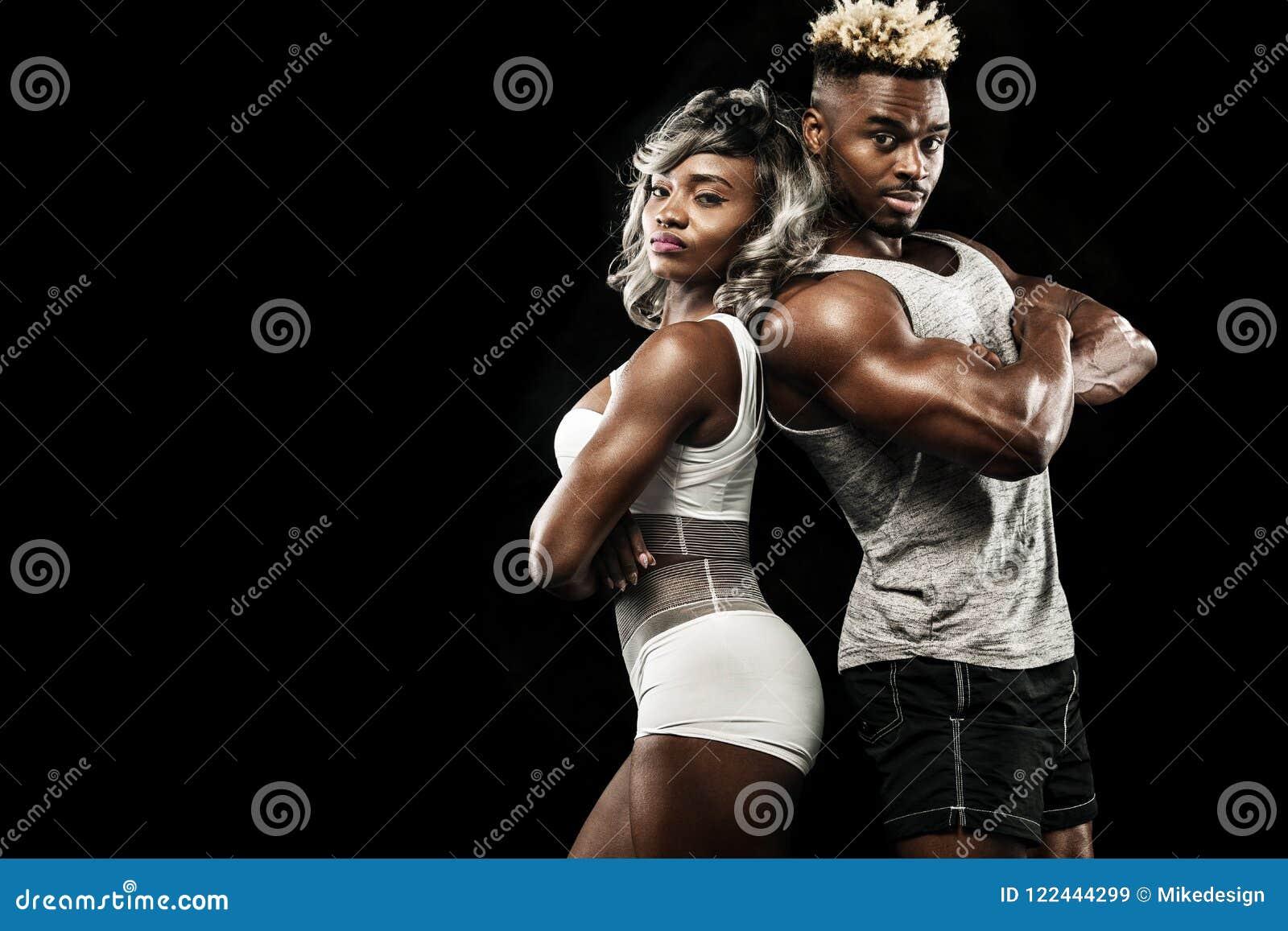 摆在黑背景,健康生活方式身体关心的运动员健身夫妇  与拷贝空间的体育概念