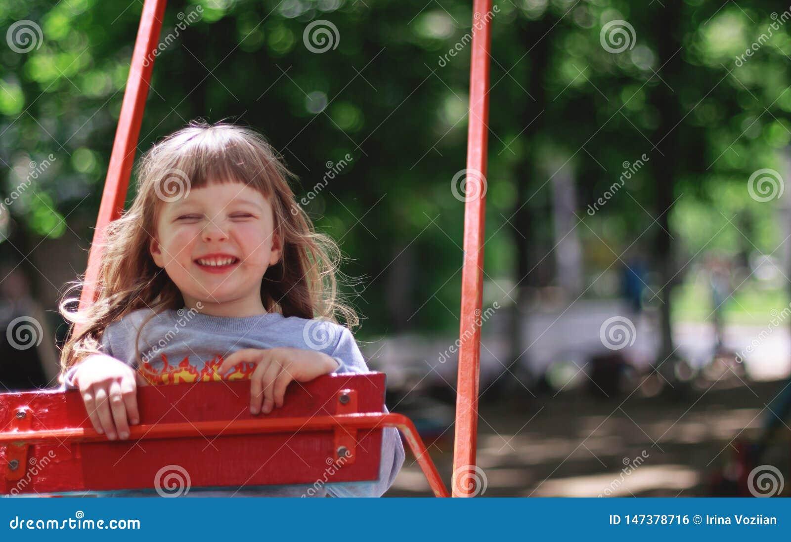 摇摆的微笑的女孩
