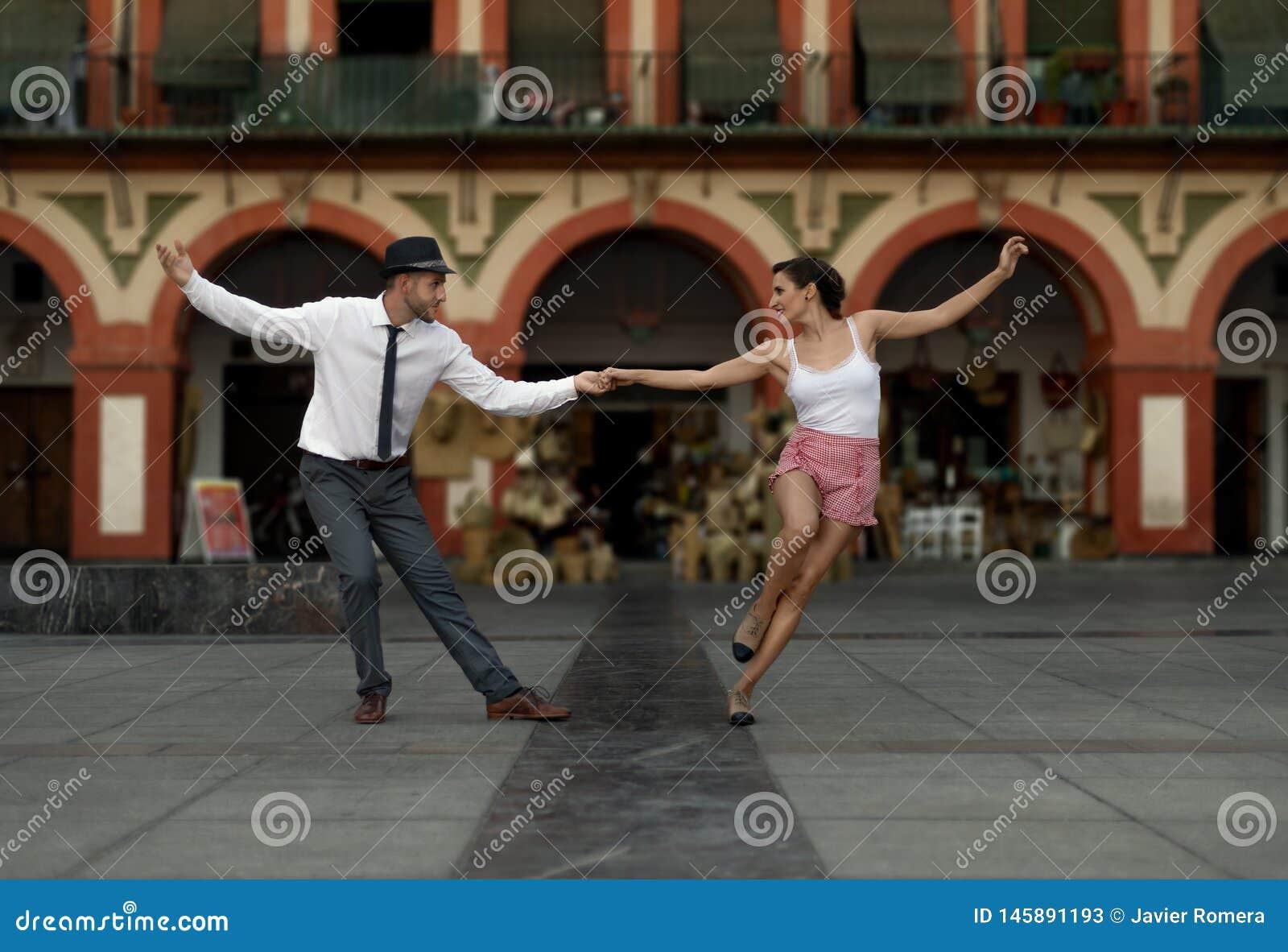 摇摆舞蹈家跳舞在城市广场