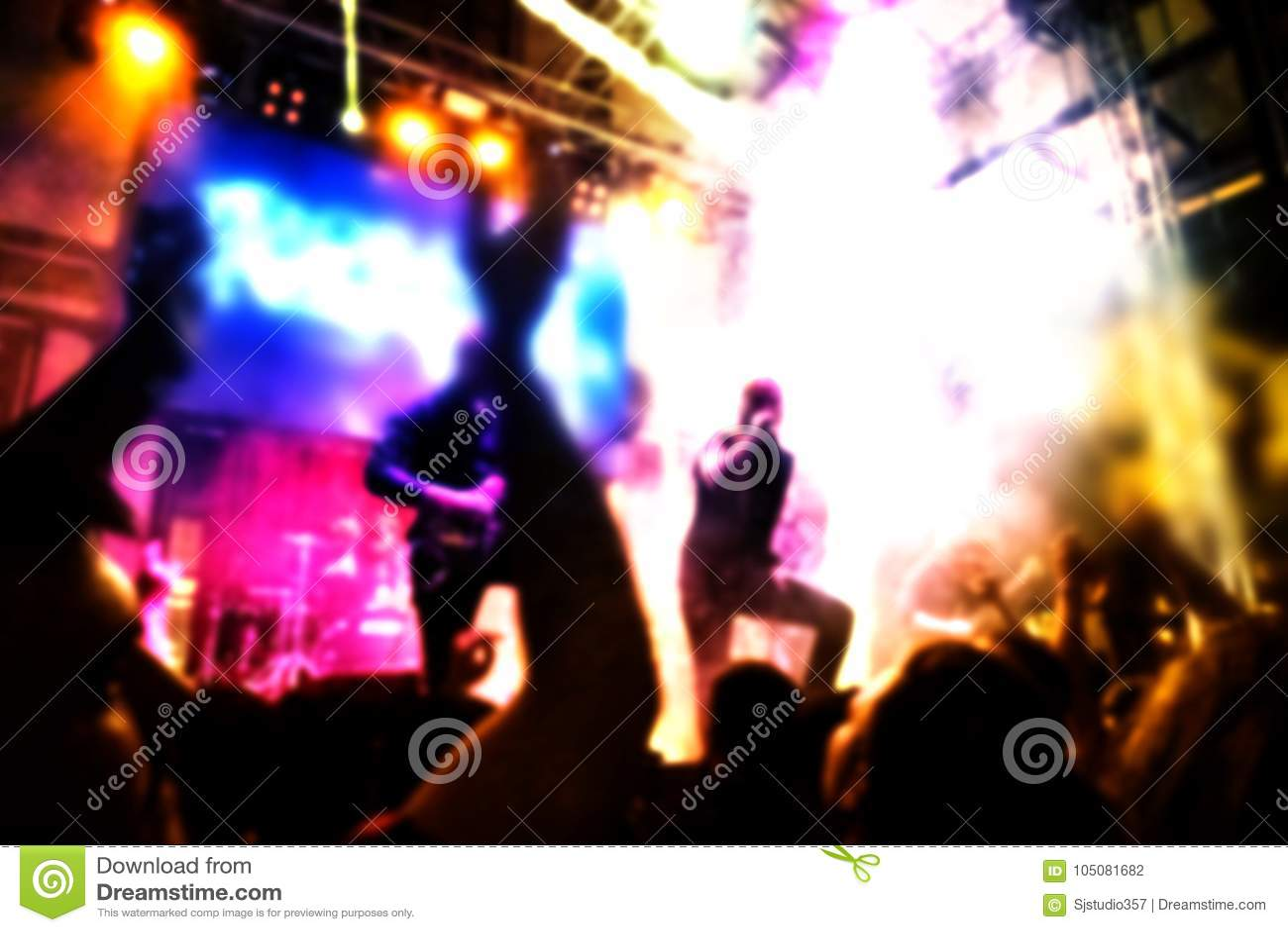 摇滚乐音乐会弄脏了从观众、岩石音乐家有吉他的和歌唱者的背景视图