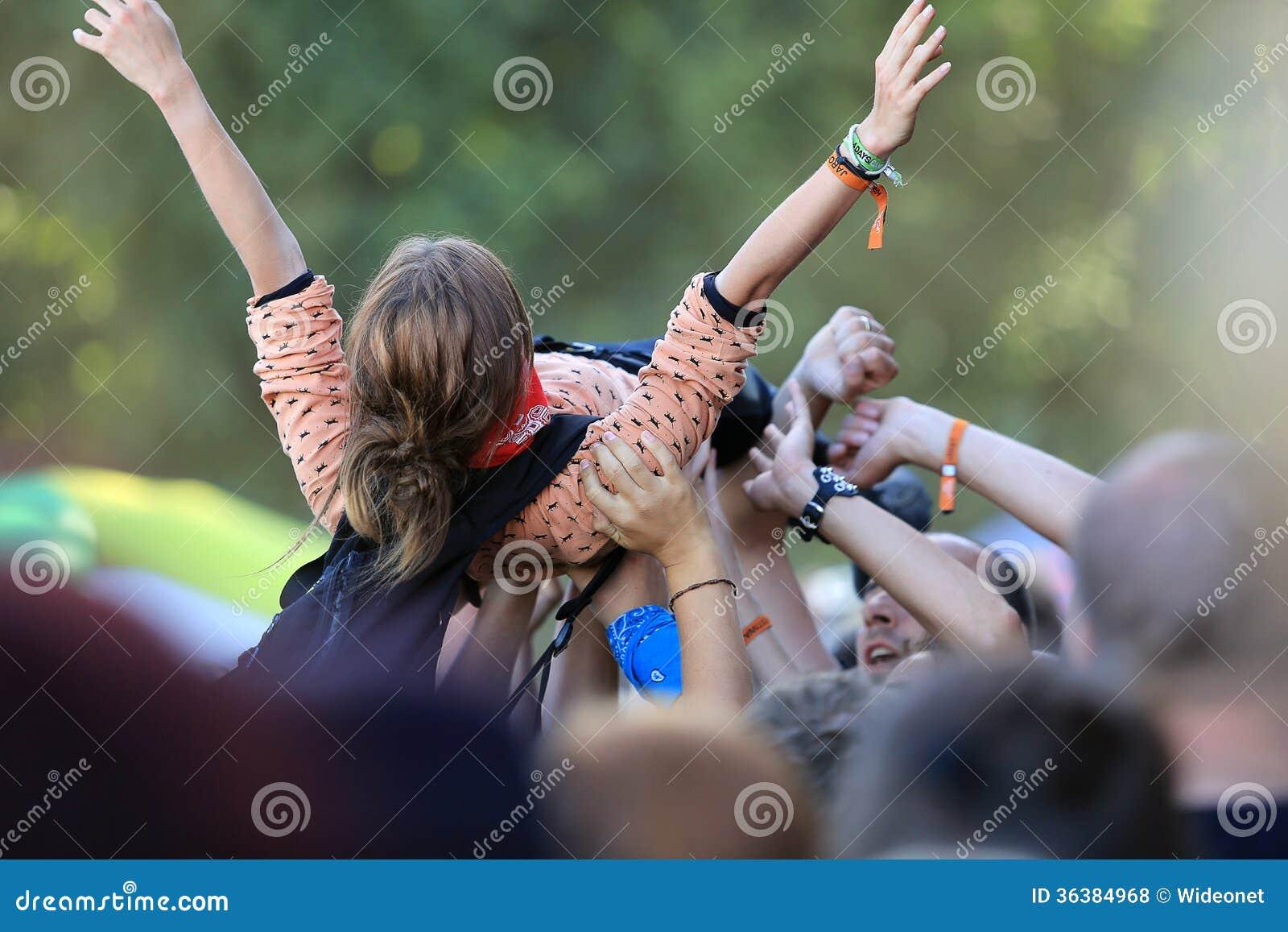 摇滚乐音乐会的女孩