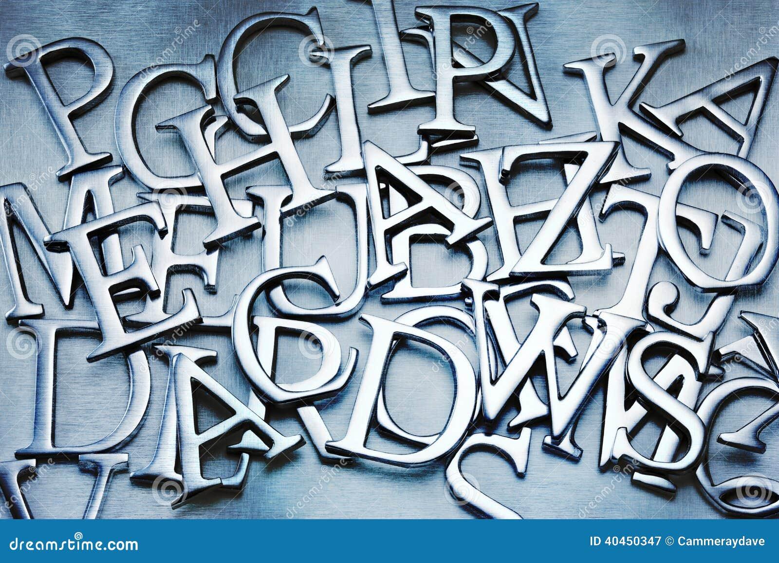 摘要在字母表背景上写字