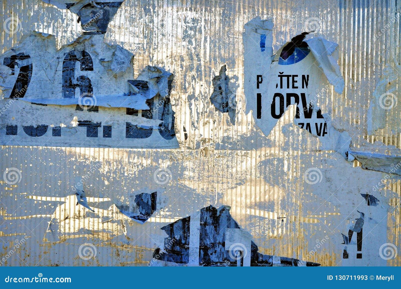 摘要纹理被撕毁的广告牌