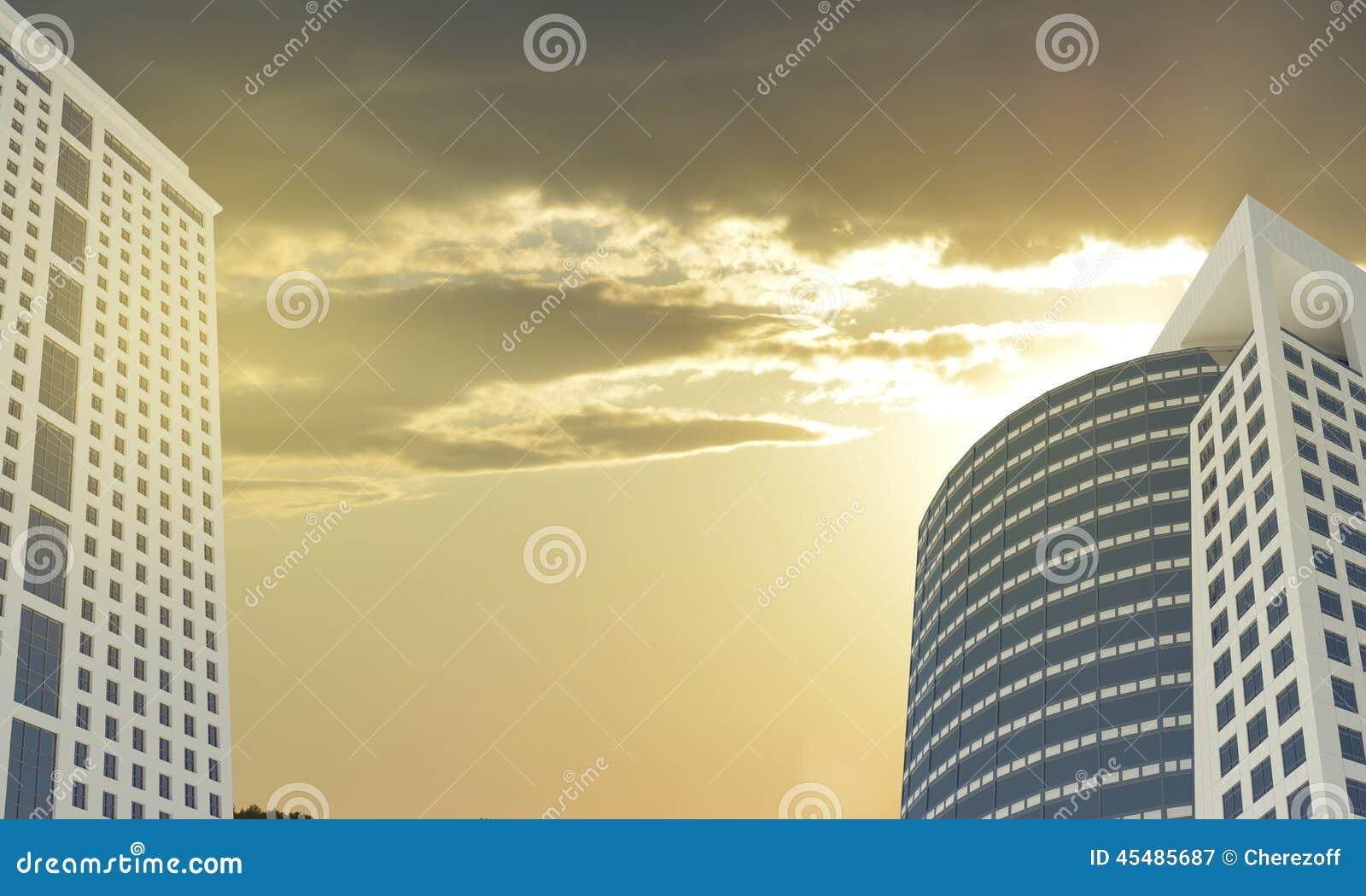 摩天大楼和晚上天空与云彩