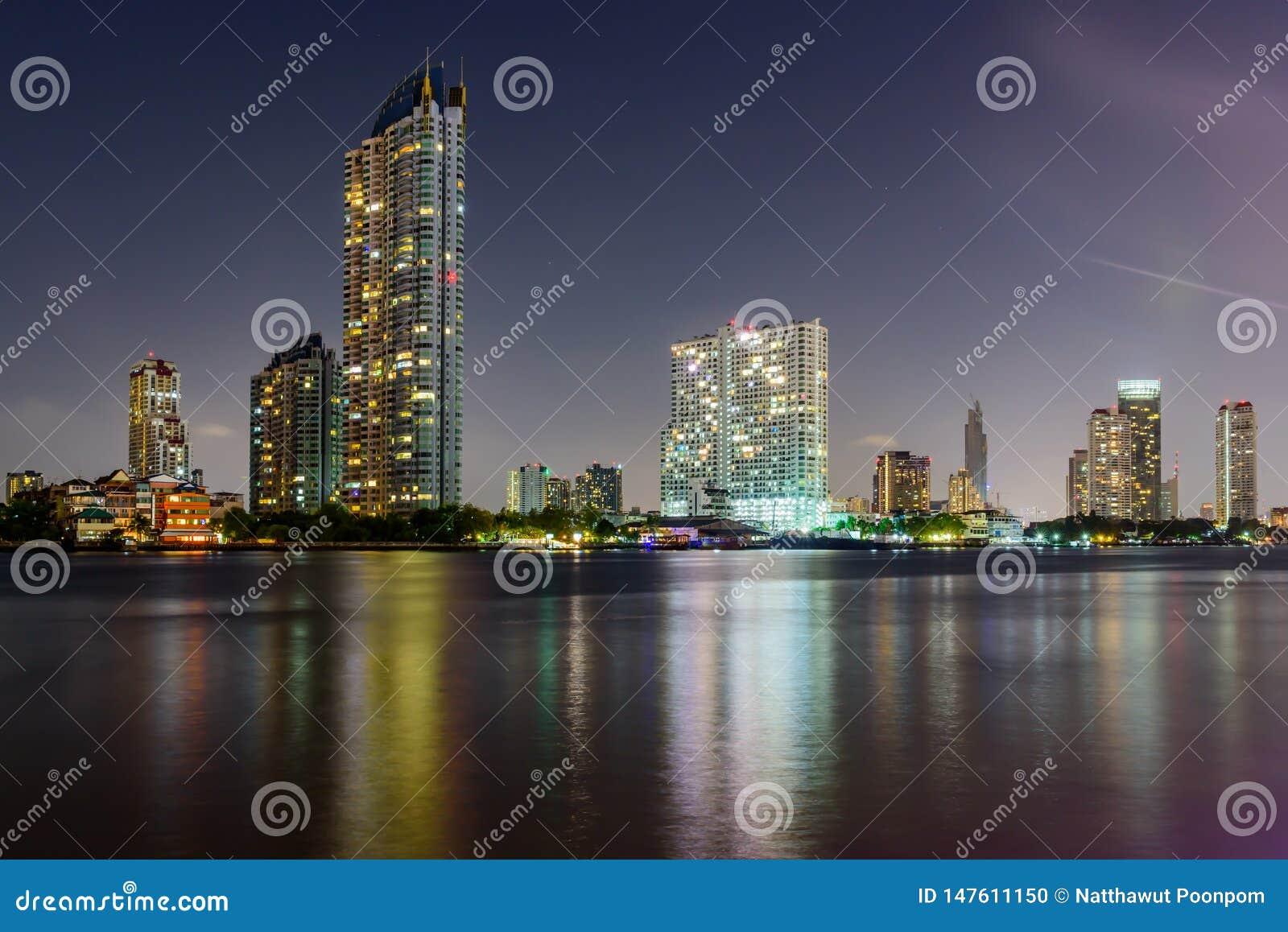 摩天大楼在晚上