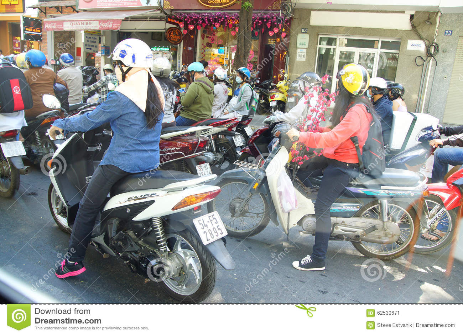 摩托车在Saighon繁忙运输竞争