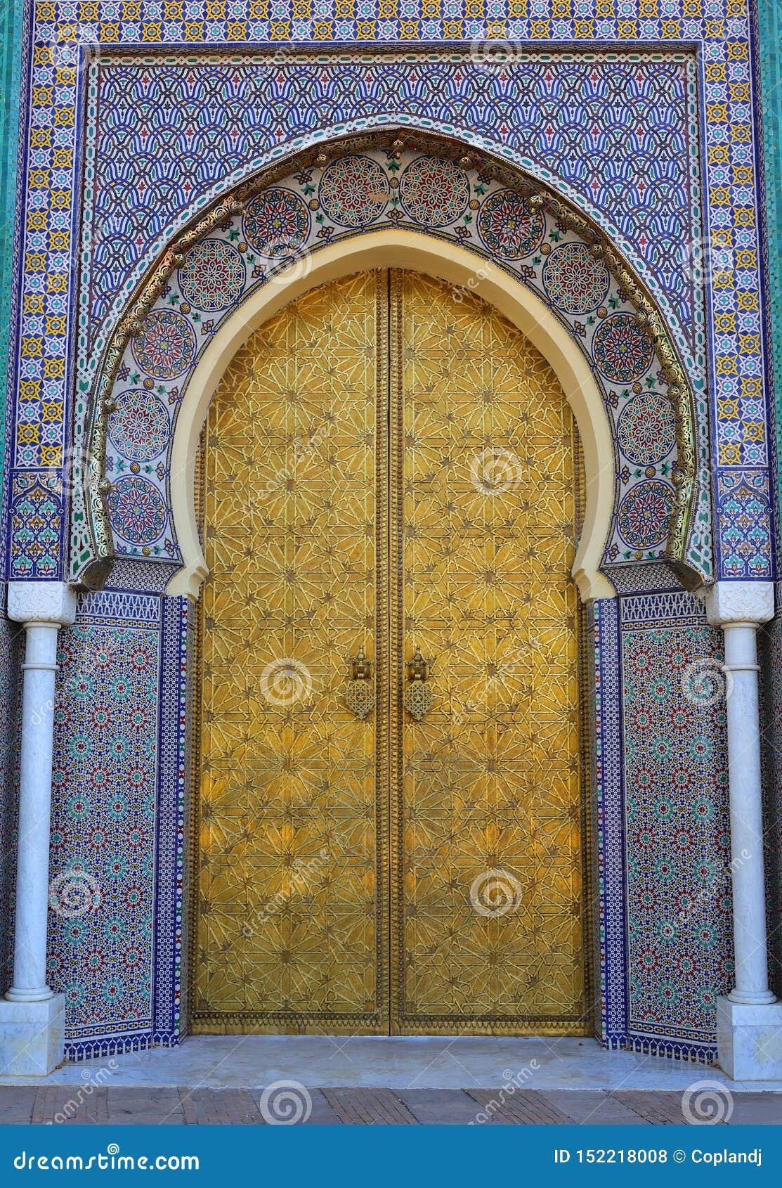 摩洛哥、菲斯、伊斯兰教的题写的黄铜被成拱形的门和给上釉的瓦片周围