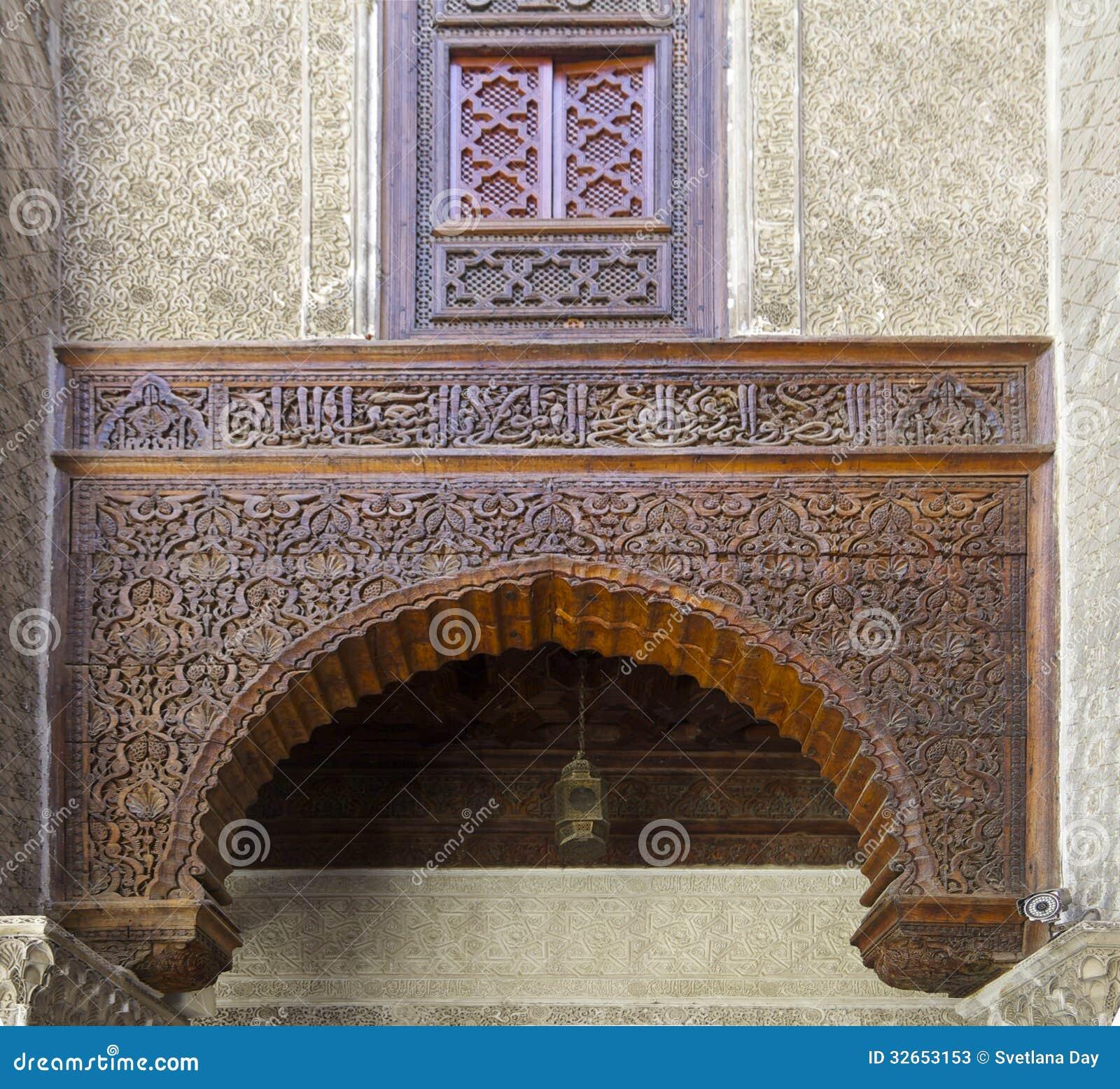 摩洛哥雪松木头和被雕刻的膏药蔓藤花纹