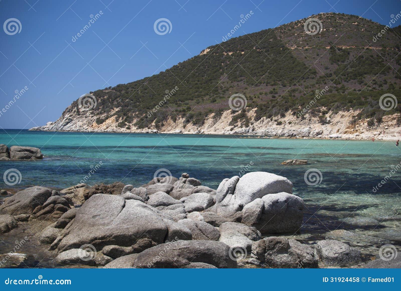 撒丁岛。热带水和岩石