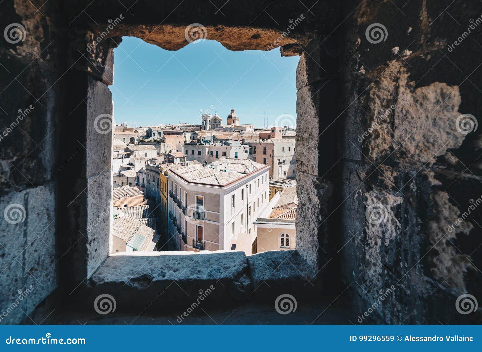 撒丁岛的首都的鸟瞰图从ta的窗口的