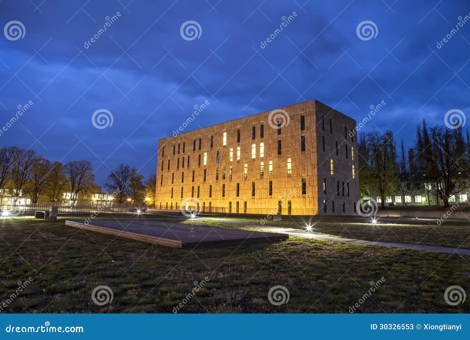撒克逊人的状态和大学图书馆德累斯顿的夜场面