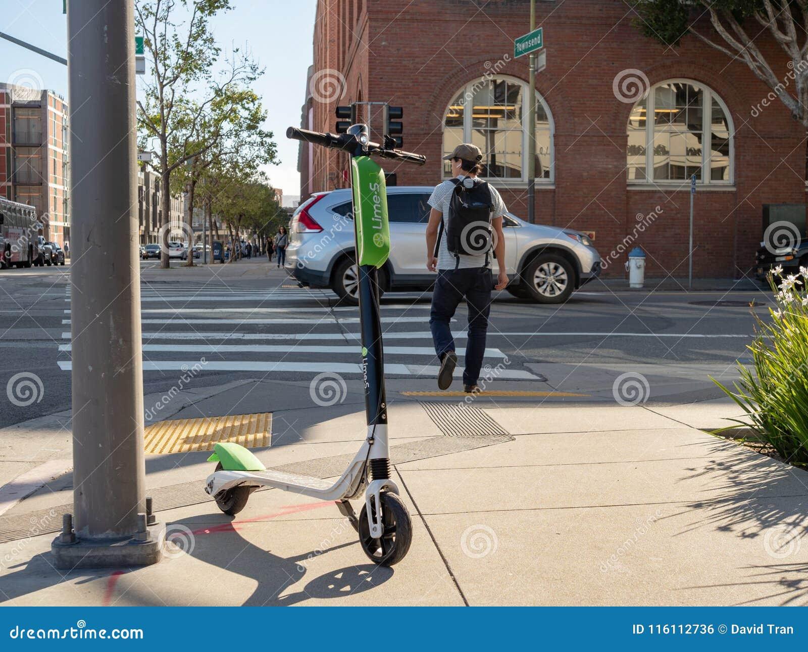 撒石灰休息在一个交叉点的电滑行车在圣Francisc